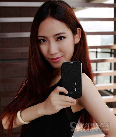 phone held by Chinese woman